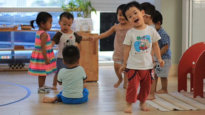 Trẻ được khuyến khích học tập với phương pháp Montessori