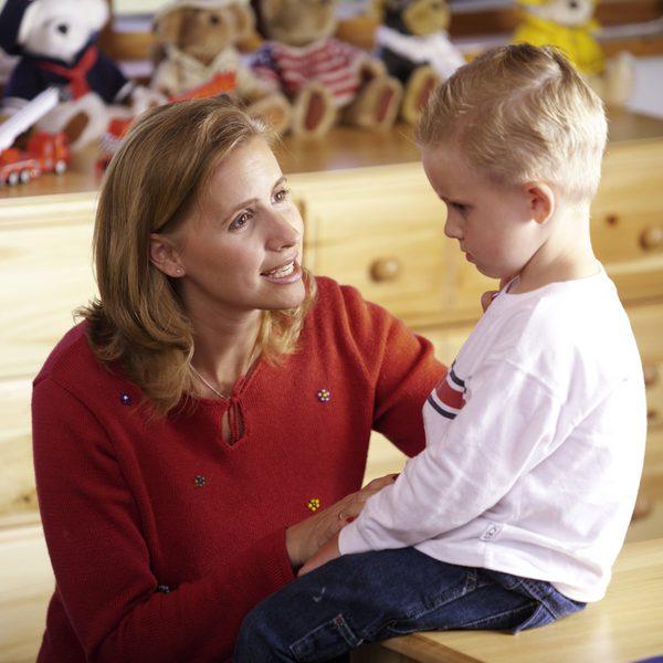 Bố mẹ phải có thái độ cứng rắn kiên quyết trước các hành động thiếu kỷ luật của trẻ