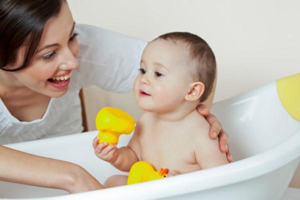 Tắm gội thường xuyên cho trẻ