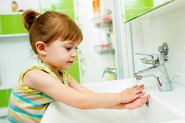 khuyến khích trẻ tự lập khi rửa tay