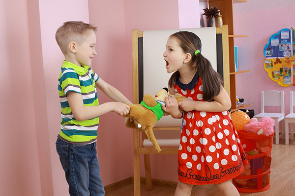 Trẻ thường xuyên giành đồ chơi của bạn