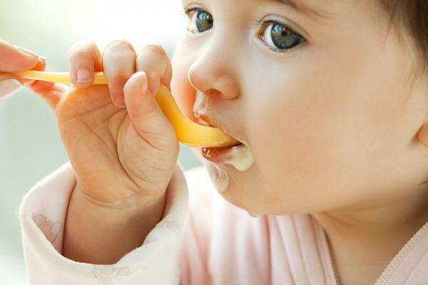 Rèn luyện thói quen tự xúc ăn cho trẻ