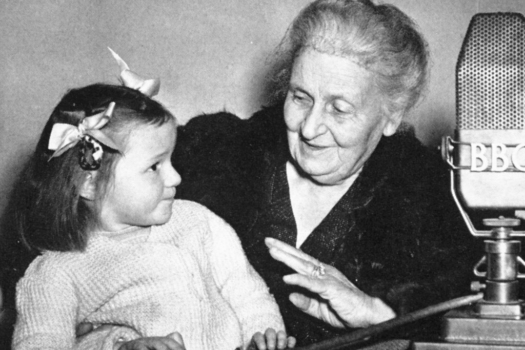 Maria Montessori với trẻ em